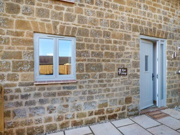 ROSE COTTAGE, terraced barn conversion, woodburner, WiFi, Great Tew, Ref 951965, casa vacanza a Great Tew