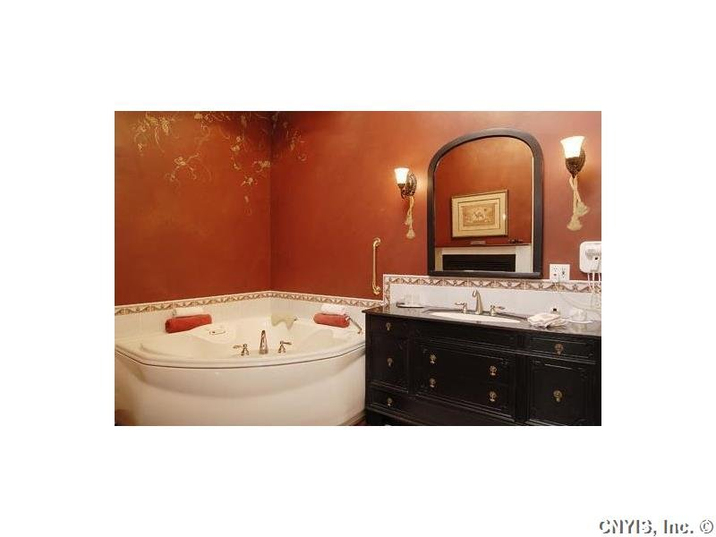 Kashmir Suite bathroom and whirlpool bath.