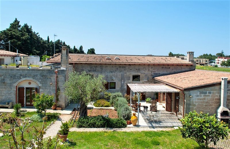 Beautiful mansion with garden, vacation rental in Uggiano La Chiesa