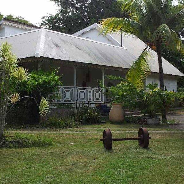 villa colonial de personagem em vastos terrenos ea poucos passos da praia dos Amandiers