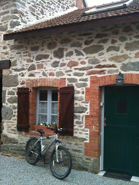 2 Bedroom Cottage, vacation rental in Jarnages