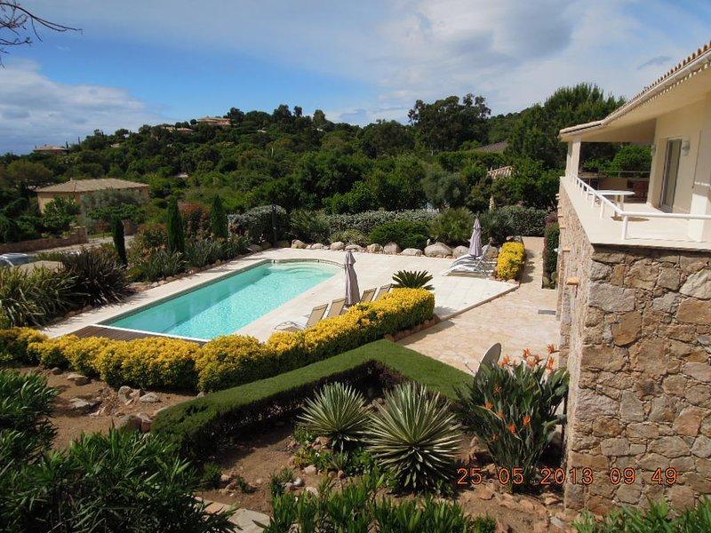villa à côté se avec piscine privée avec 5 chambres + salon, max. capacité de 12 lits, 3,5 salles de bains
