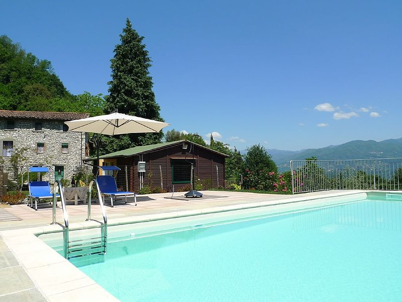 Large traditional villa with private pool, gym, wi-fi - beautiful garden, location de vacances à Pomezzana
