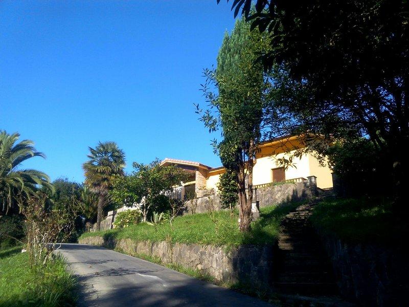 Casa rodeada de jardines y arboleda con cancha de tenis, a 500 m de playa España, holiday rental in Villaviciosa