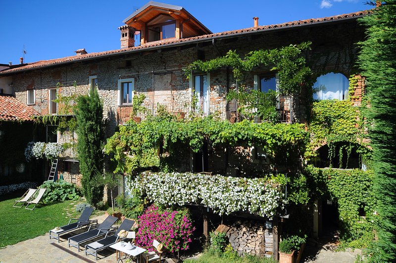 A few kilometers from Monforte a luxurious farmhouse full of charm
