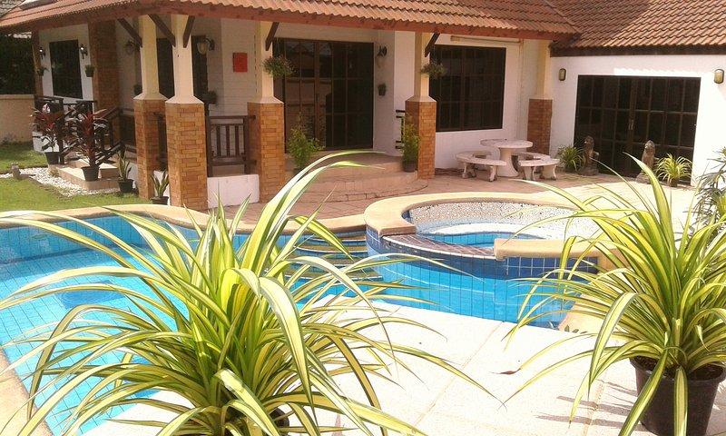FOUR BEDROOM HOUSE *PRIVATE POOL* SECURED FAMILY VILLAGE LOCATION *FREE WI-FI*, aluguéis de temporada em Nong Prue