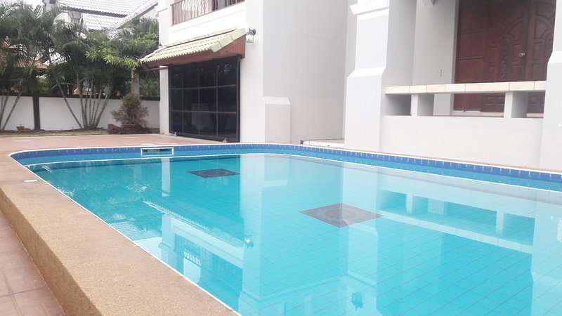 FOUR BEDROOM DETACHED HOUSE *PRIVATE POOL* SECURED FAMILY VILLAGE *Free wifi*, aluguéis de temporada em Nong Prue
