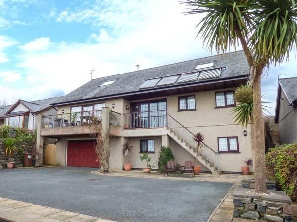 CAE CERRIG, detached, en-suite facilities, WiFi, balcony, patio with hot tub, vacation rental in Dyffryn Ardudwy