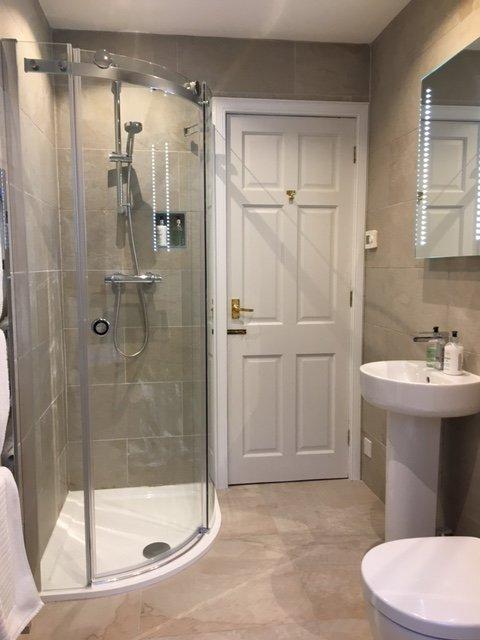 Beneden badkamer heeft een toilet, wastafel en inloopdouche.