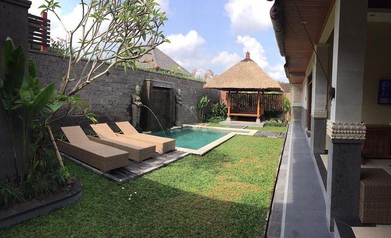 piscina privada, patio con jardín y madera tallados Bale a descansar a la sombra