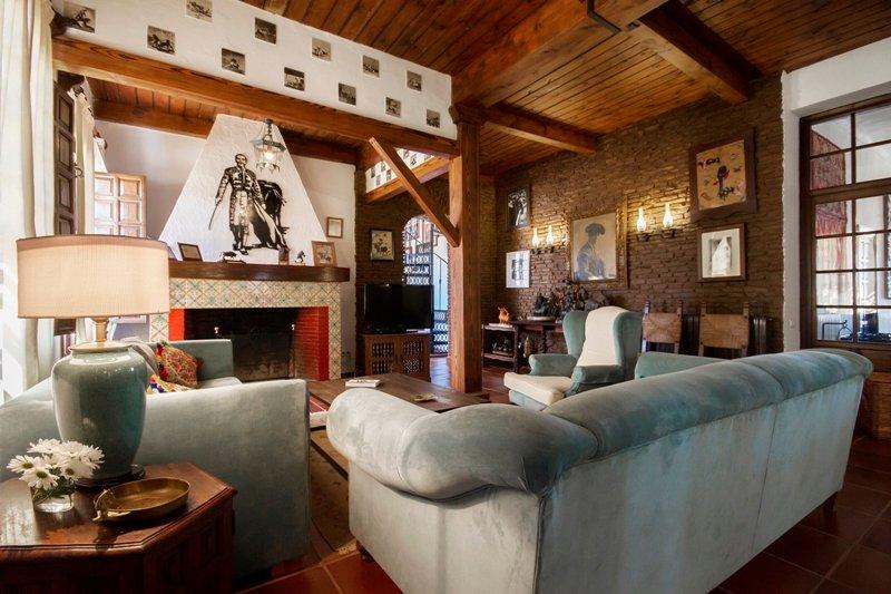 Zona de estar en el salón con chimenea