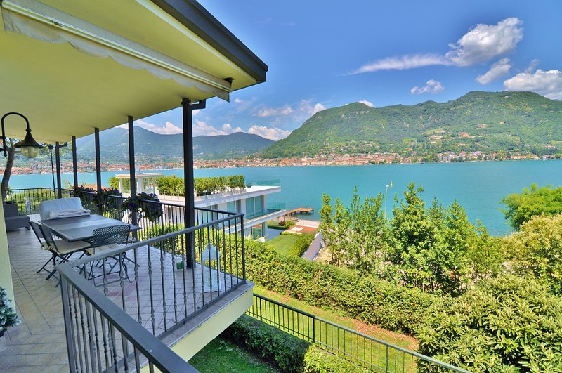 Amazing Lake View Villa With Garden, wide terrace, big living room neat Salò, alquiler vacacional en San Felice del Benaco