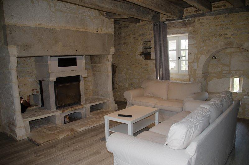 GITE EN PIERRE ENTRE SARLAT ET ROCAMADOUR PISCINE/CLIMATISATION, vacation rental in Lanzac