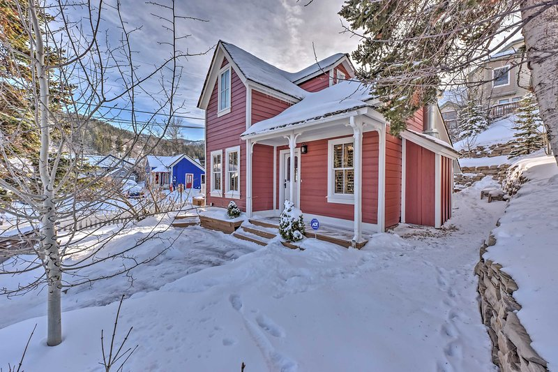 Ideally located at the top of Main Street, this landmark historic house is fully renovated and has a fireplace, a gourmet kitchen, and a hot tub!