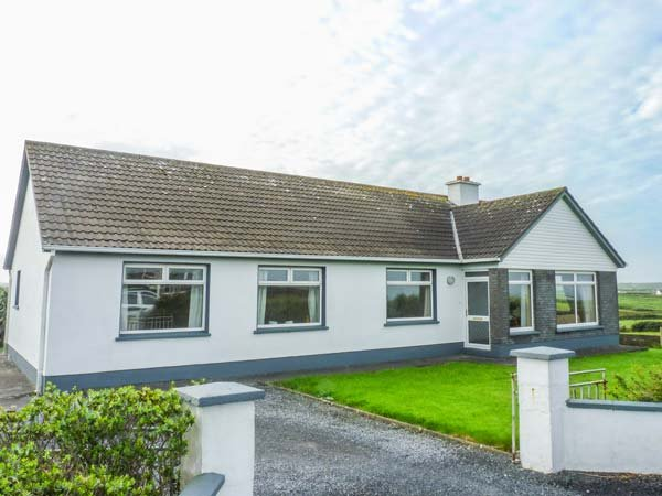 GOODLANDS COTTAGE, pet friendly, with a garden in Miltown Malbay, County Clare – semesterbostad i Spanish Point