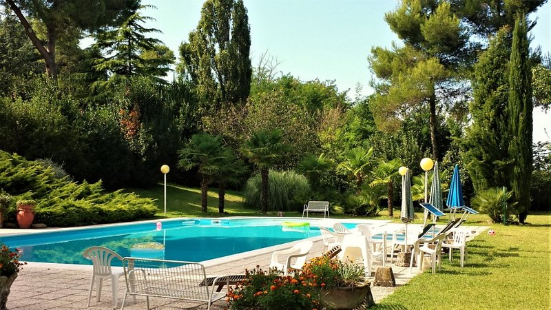 Amazing villa with swimming-pool, location de vacances à Carignano