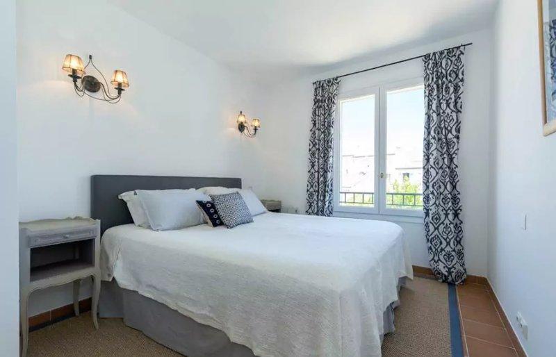 Habitación 2 con una cama de matrimonio