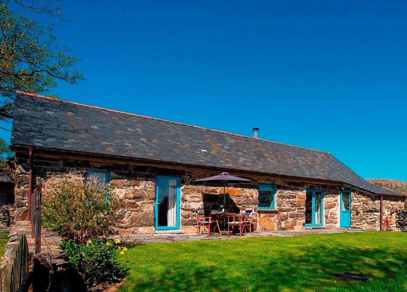 Hebog Bach - Delightful 5 Star Single Storey Cottage on Private Leafy Estate, holiday rental in Criccieth