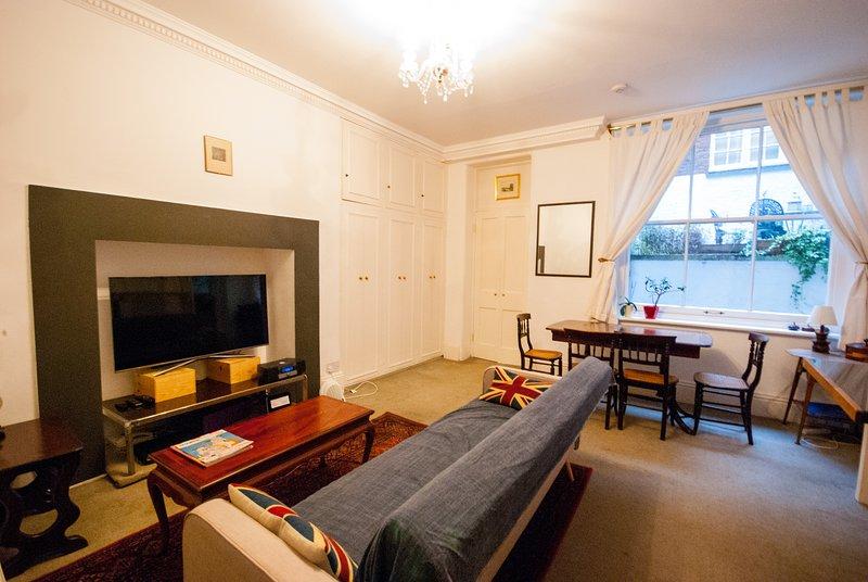 Magnifique salon avec TV grand écran avec câble et netflix.