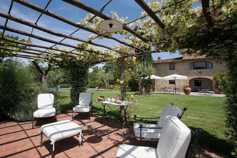 Il Portico, 5 bedrooms villa in the Chianti region with private swimming pool!, holiday rental in Cerbaia