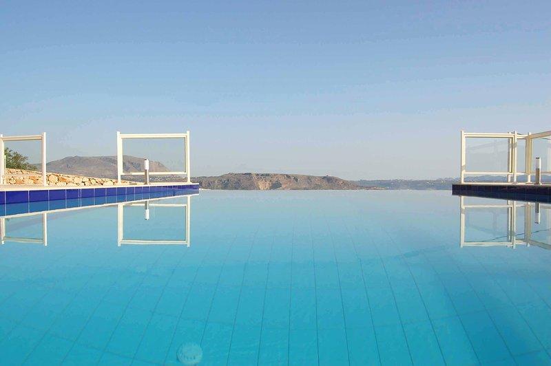 Magnificient villa with panoramic view on the Soudea bay private pool BBQ, location de vacances à Armeni