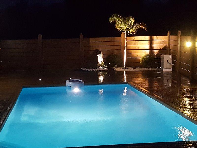 piscina privada rodeada de una cubierta