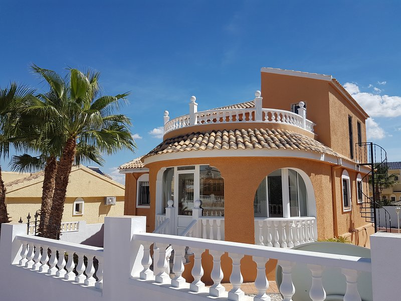 4 Bedroom 4 bathroom Villa with Spa & Swimming Pool on Camposol, vacation rental in Murcia