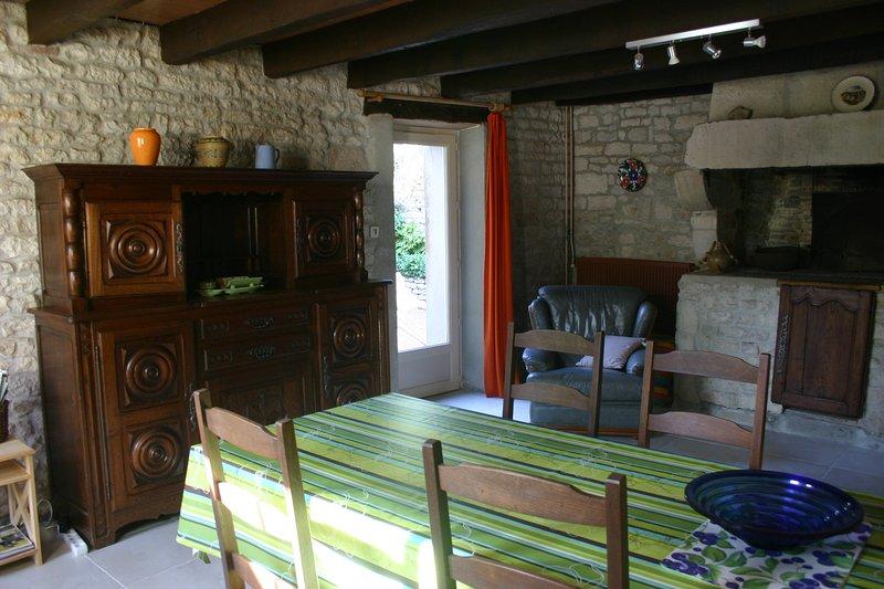Mesa de comedor y un armario antiguo