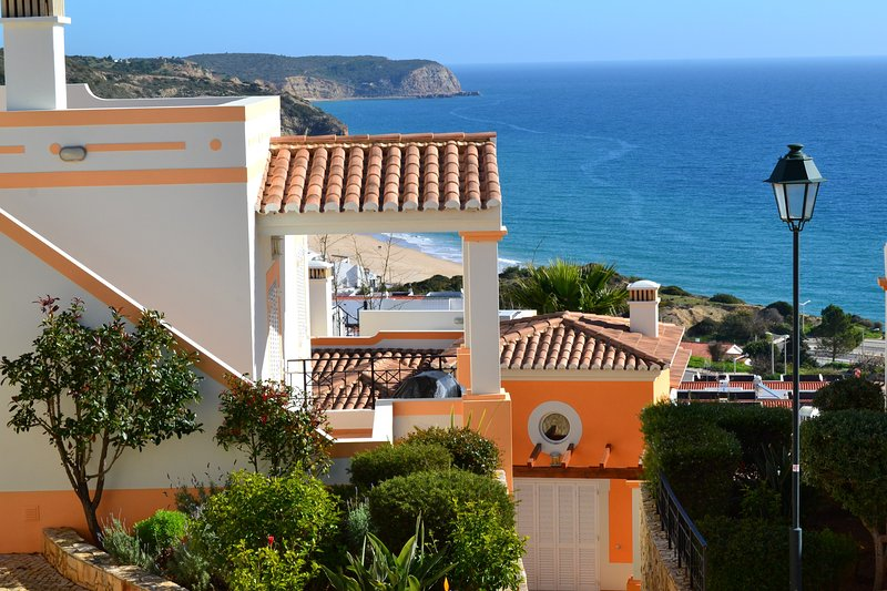 Elegant sea view townhouse, 2 double bedrooms, Salema, alquiler vacacional en Faro District
