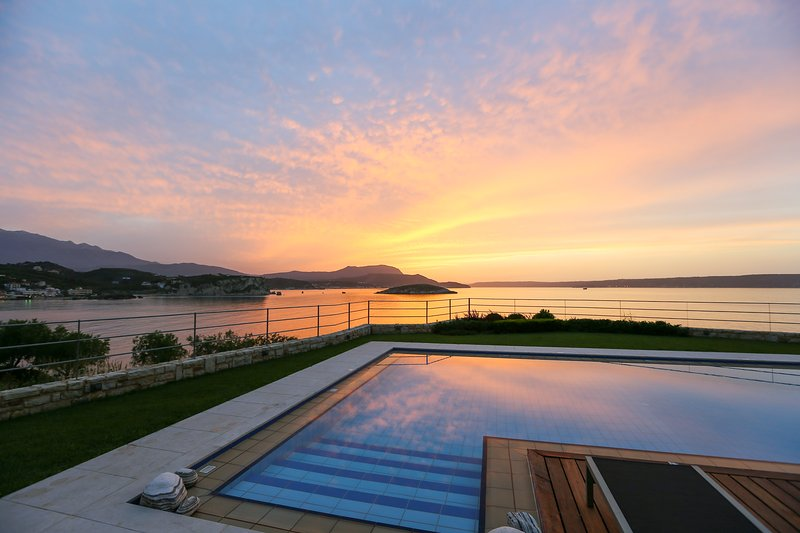Almyra architect Villa sleeps 6 Heated PoolPanoramic views  beach at doorsteps, vacation rental in Almyrida