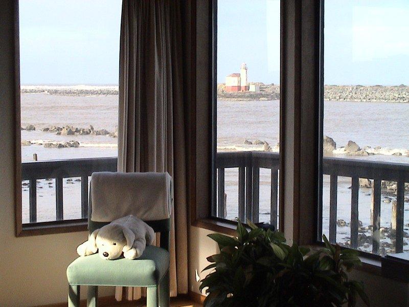 Ver a janela do quarto de frente de rio de Coquille, Farol e oceano. Lighthouselodgingdotcom