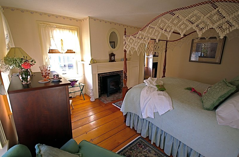 Sally's Room - Fireplace - AC - & Private Bathroom.