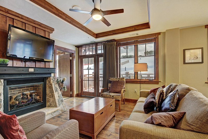 Spacious 4 Bedroom Condo Steps from Winter Activities, holiday rental in Breckenridge