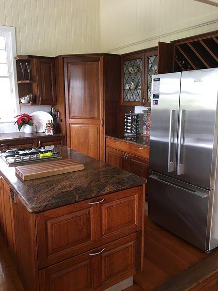 Kök med rostfria vitvaror och granit toppar bänk