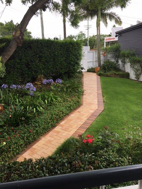 Härliga främre trädgården och gräsmatta för barnen att leka