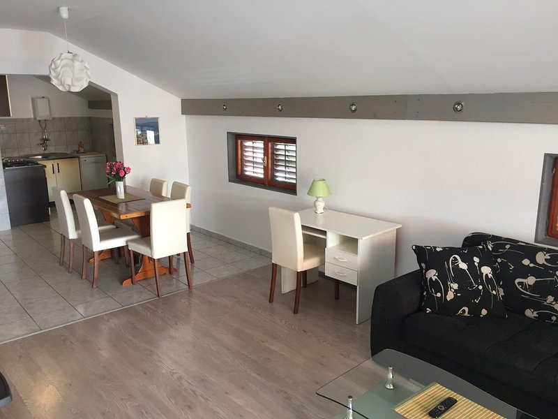 Pavić Apartment 6+2, holiday rental in Betina
