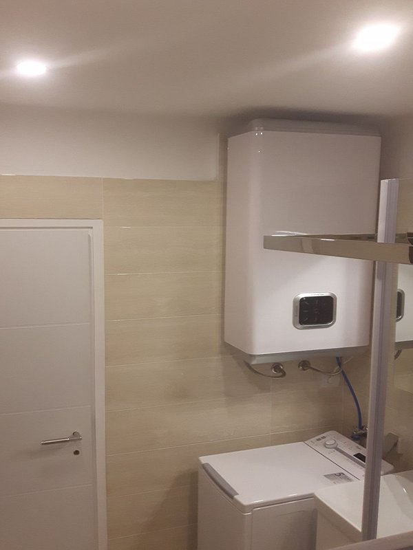 H(7): bathroom with toilet