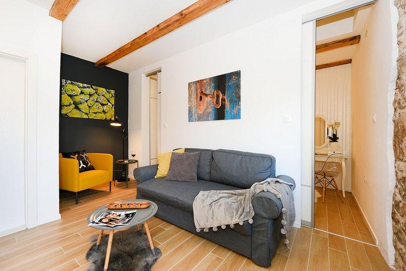 H(2+2): living room