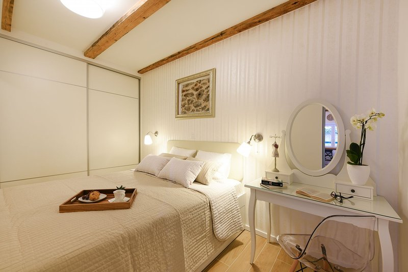 H(2+2): bedroom