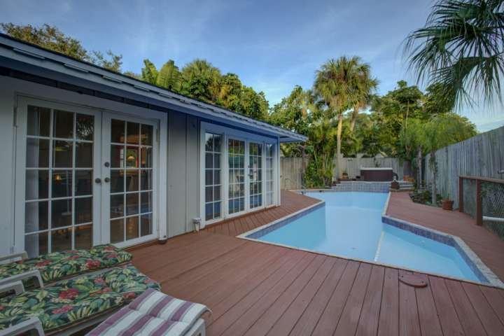 La piscina cuenta con una cubierta en todos los sentidos; un montón de espacio para relajarse. La piscina tiene agua.