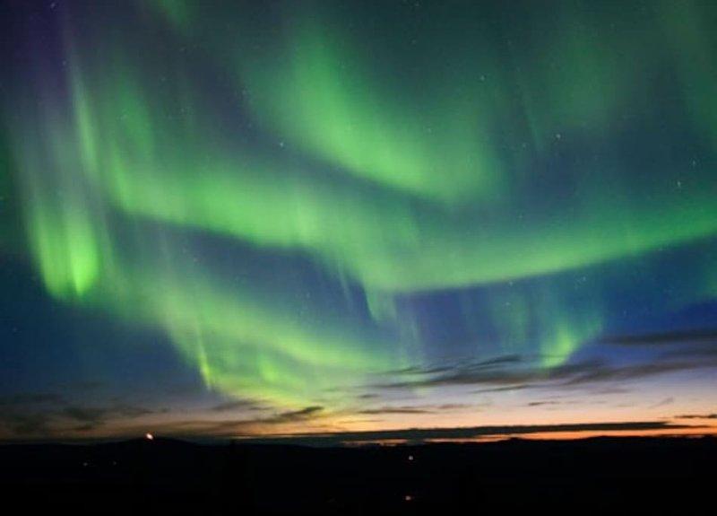 Disfrutar de la espectacular aurora boreal en su patio privado en una noche de invierno claro.