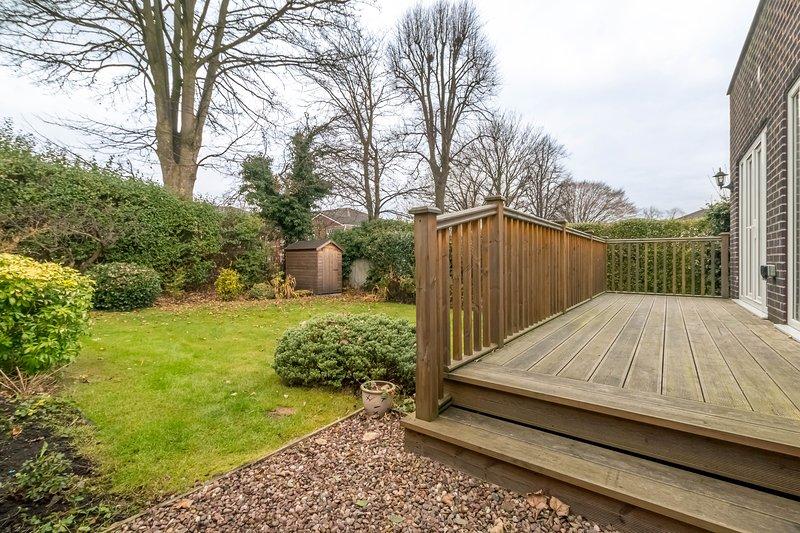 Grande terrasse en bois pour le jardin privé