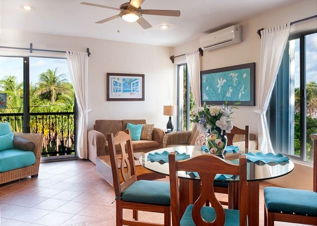 Large modern 3rd floor apartment, fresh breeze, huge deck overlooking pool, alquiler de vacaciones en Puerto Morelos