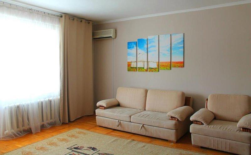 Beautiful comfy apartment in the heart of Almaty. Amazing mountain view, aluguéis de temporada em Cazaquistão
