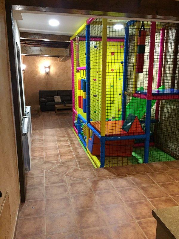 Parque de bolas y salón adjunto