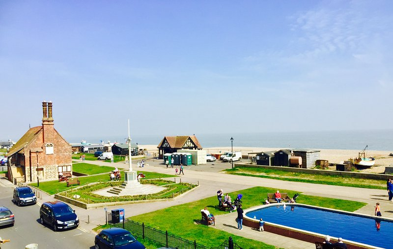 Dial Flat Aldeburgh Direct Sea Views overlooking the beach in centre of town, vacation rental in Aldeburgh