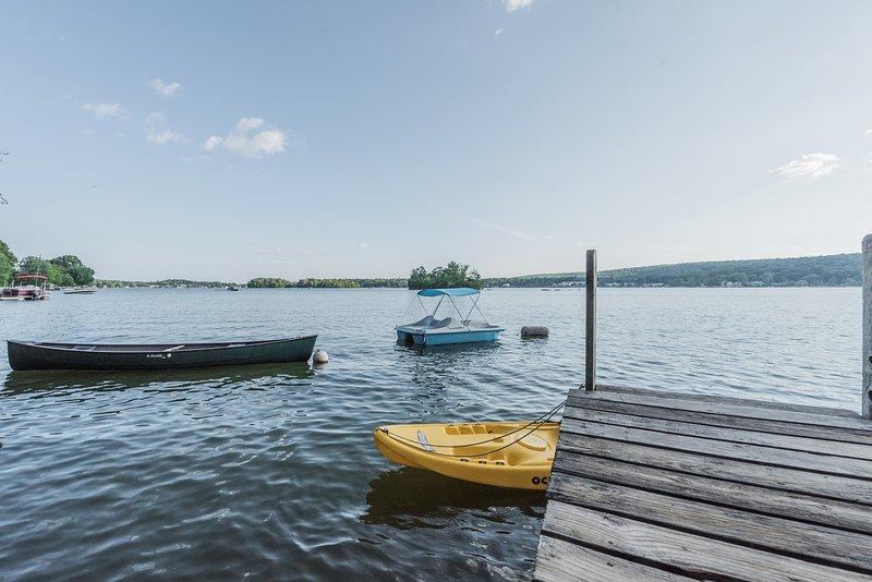 Canoa, sentar em cima caiaques, vender barco e coletes de vida previstos passeios de barco ao redor do lago.