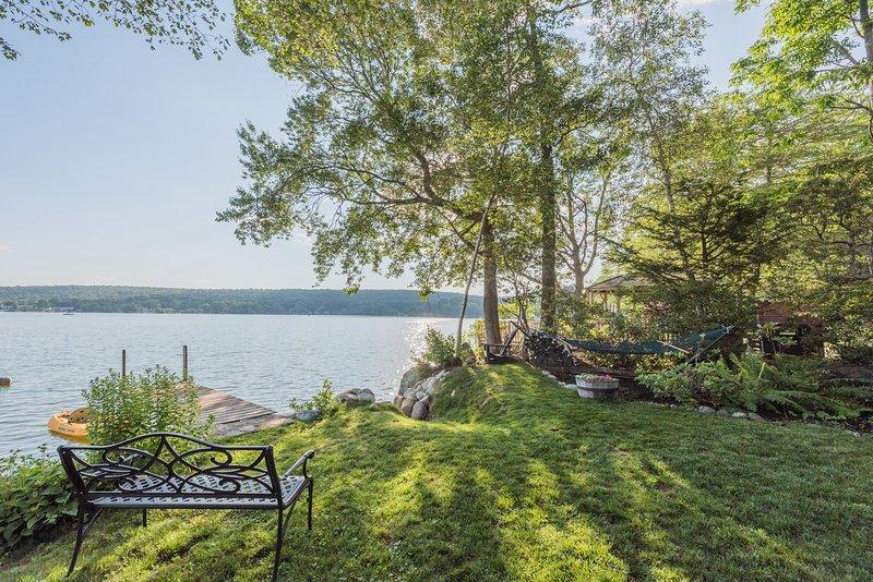 Assista ao pôr do sol de um banco à beira do lago.