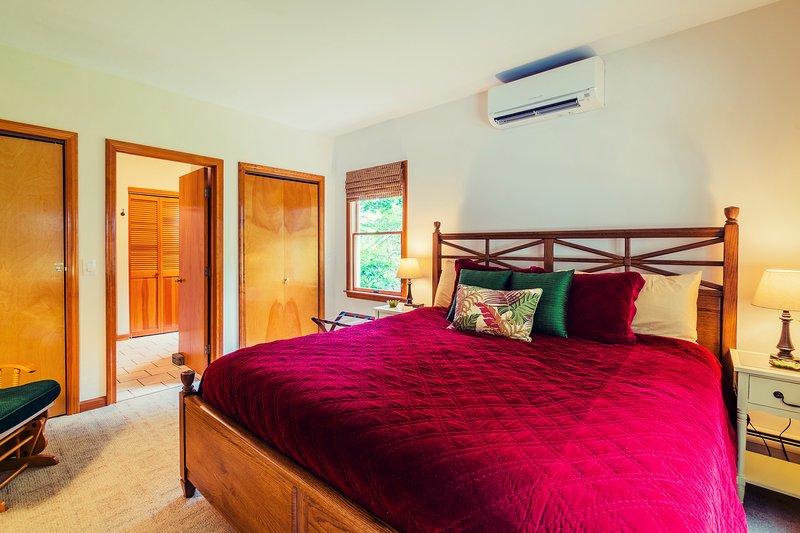 quarto Red Fern 1º andar; cama king-size banheiro adjacente.