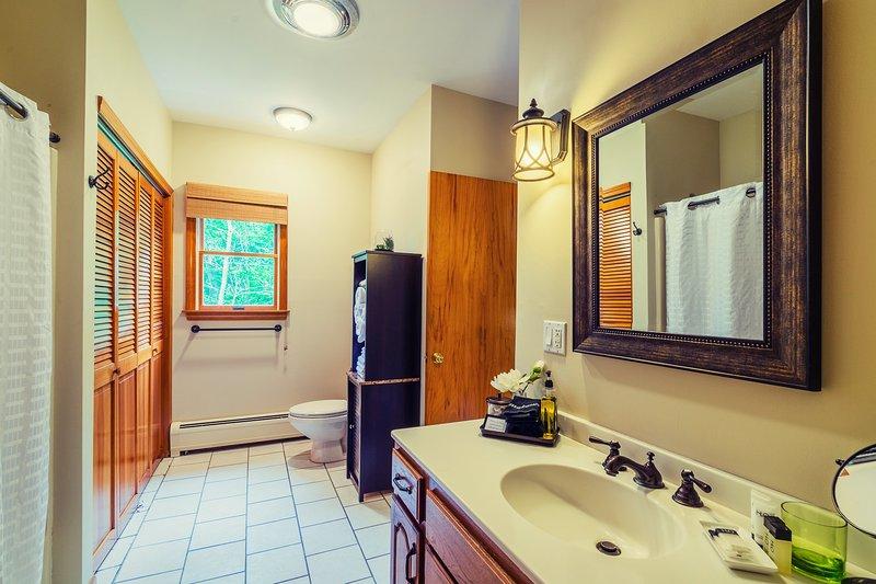 1º andar casa de banho com armário da lavanderia; pó da lavanderia de Charlie, shampoo, loção, bar e sabão líquido